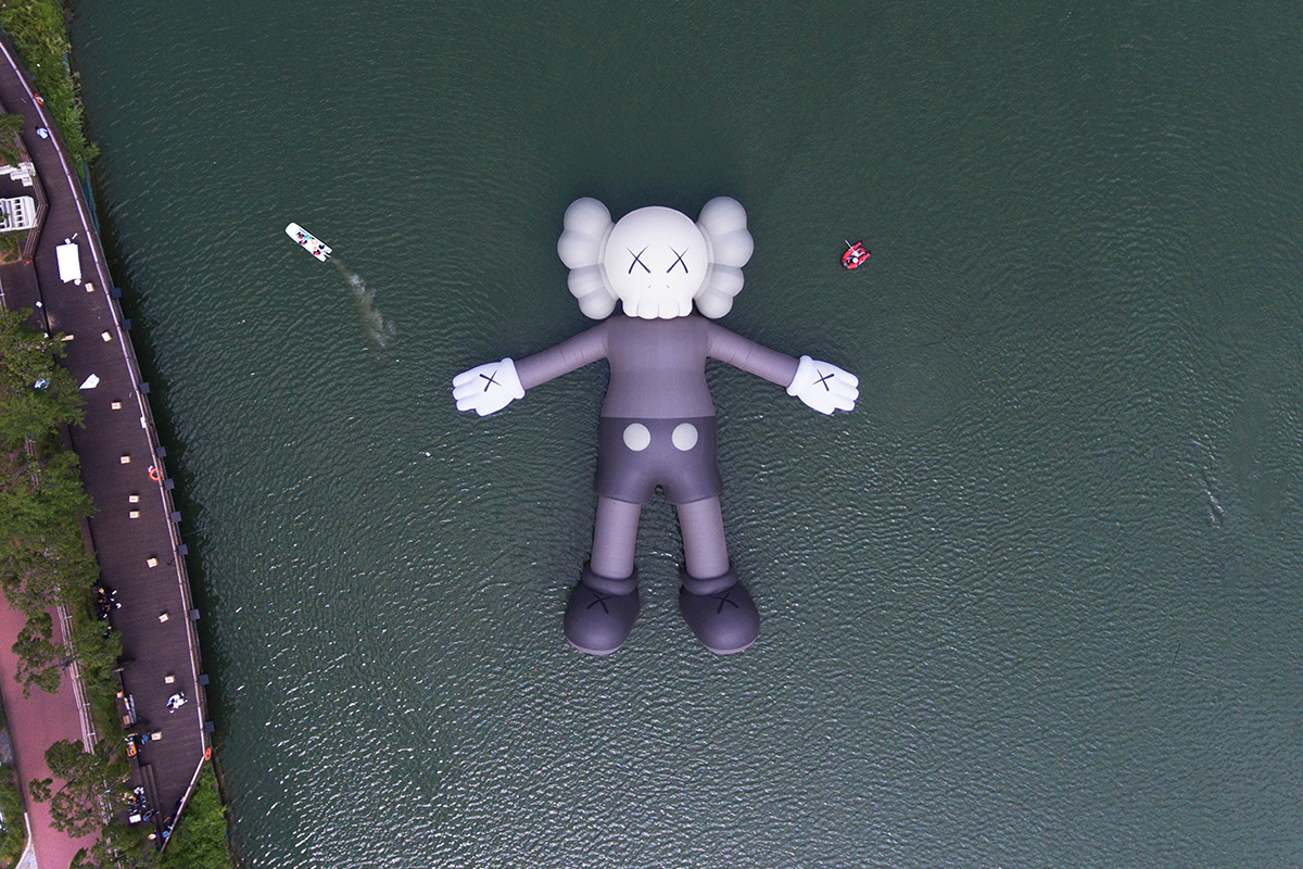 kaws_holiday_seoul_dtf_5